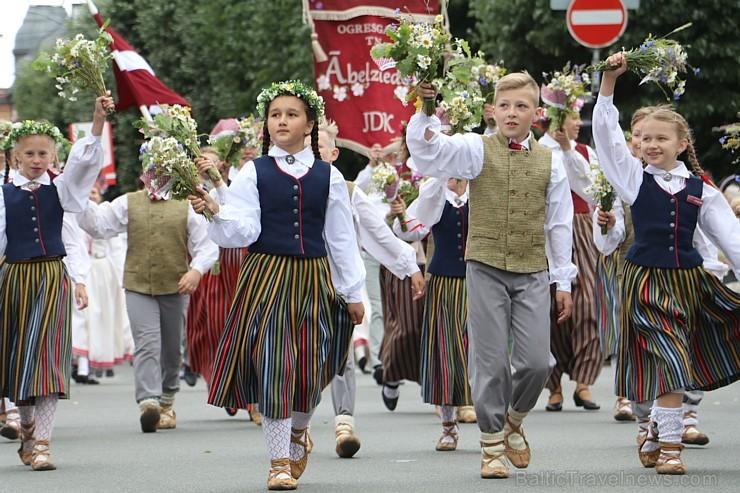 Dziesmu un deju svētku atklāšanas gājiens pulcē Rīgā visus Latvijas novadus (201-300)