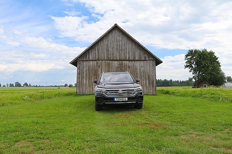 Travelnews.lv ar jauno «Volkswagen Touareg» apceļo Rūjienas novadu