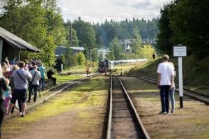 Alūksnē lustīgi svin Bānīša svētkus - vienīgā regulāri kursējošā šaursliežu dzelzceļa vilciena 116.dzimšanas dienu 2