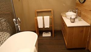 Travelnews.lv nakšņo luksus klases teltī, ko piedāvā «Kingfisher Lodge». Atbalsta: VisitSharjah.com un Novatours.lv 18