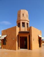 Tuksnesī apmeklējam un pusdienojam Šārdžas emirātu viesnīcā «Al Badayer Oasis», kas pieder emirāta īpašo naktsmītņu kolekcijai «Mysk  Sharjah Collecti 7