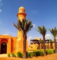Tuksnesī apmeklējam un pusdienojam Šārdžas emirātu viesnīcā «Al Badayer Oasis», kas pieder emirāta īpašo naktsmītņu kolekcijai «Mysk  Sharjah Collecti 8