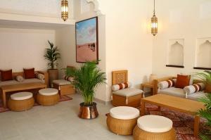 Tuksnesī apmeklējam un pusdienojam Šārdžas emirātu viesnīcā «Al Badayer Oasis», kas pieder emirāta īpašo naktsmītņu kolekcijai «Mysk  Sharjah Collecti 20