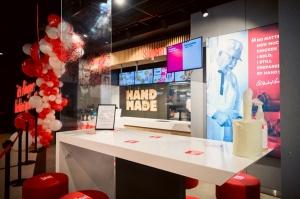 Rīgā durvis ver jauns KFC restorāns. Foto: Otto Strazds 12